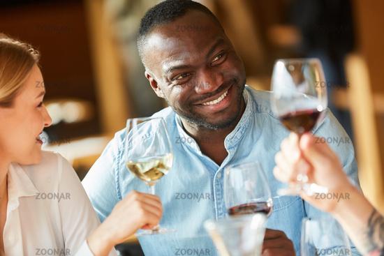 Afrikanischer Mann beim Wein trinken