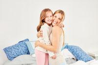 Mutter und ihre Tochter kuscheln miteinander