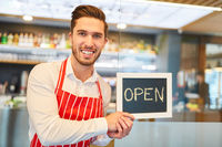 Restaurant Gründer hält eine Open Kreidetafel