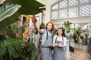 Floristen Team kontrolliert Qualität von Grünpflanzen