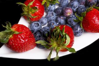 Erdbeeren und Blaubeeren auf einem Teller