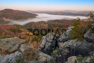 Elbsandsteingebirge im Herbst Sonnenaufgang im Nebel