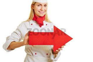 Frau als Koch hält Pfeil