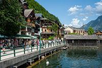 Hallstatt, Oesterreich, Touristen am Ufer des Hallstaetter See
