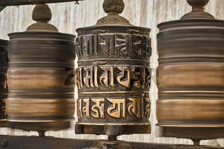 Drehende buddhistische Gebetsmühlen