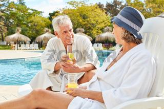 Senioren Paar am Pool im Sommer Urlaub