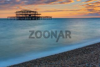 Die Reste des West Piers in Brighton, England