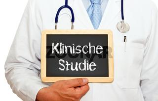 Klinische Studie, Arzt oder Doktor mit Kreidetafel und Arztkittel