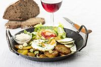 Tiroler Gröstl mit Rotwein
