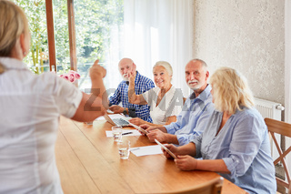Senioren bei Computerkurs im Seniorenheim