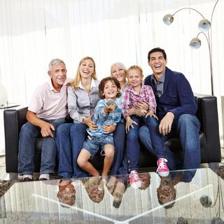 Famile schaut gemeinsam Fernsehen