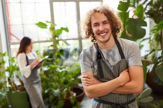 Lächelnder Mann als selbständiger Gärtner