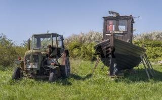 Traktor und Boot abgestellt bei Neu Reddevitz