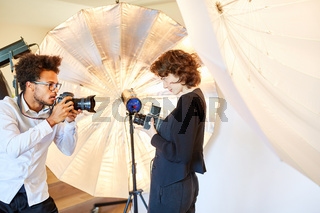 Fotostudenten mit verschiedenen Kameras