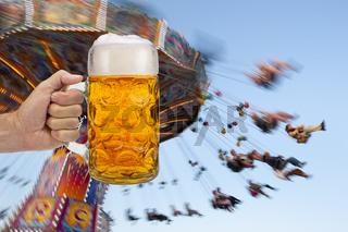 Maßkrug mit Bier auf dem Oktoberfest in München