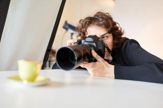 Professionelle Fotografin fotografiert eine Tasse