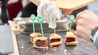 KÖLN, OKTOBER 2019: Verkostung von Beyond Meat Burger Patty auf ANUGA Messe