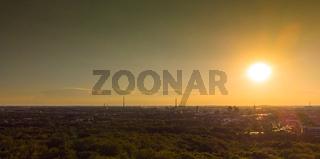 Panorama der Duisburger Skyline bei tiefstehender Sonne aus der Luft