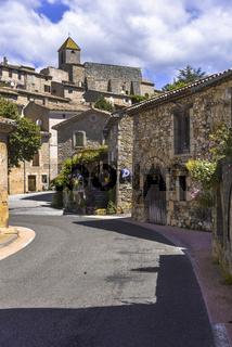 Schmale Straße durch das Dorf Aurel