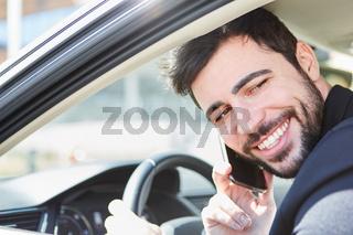 Mann als Autofahrer beim Telefonieren