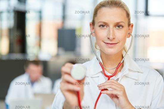 Junge Ärztin mit Stethoskop als Internistin