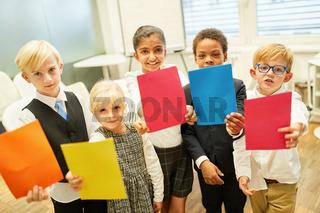 Kinder als Geschäftsleute mit bunten Zetteln