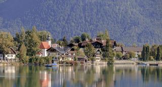 Kulisse der Gemeinde Walchensee mit Spiegelung im See