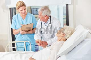 Arzt und Krankenschwester bei der Vísite