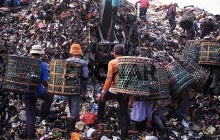 Jakarta, Indonesien, Muellsammler auf der Muelldeponie Bantar Gebang in Bekasi