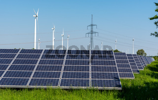 Windräder, Strommasten und Solarzellen