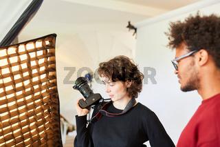 Fotostudenten mit Kamera planen ein Fotoshooting
