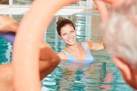 Frau macht Aquafitness im Schwimmbad