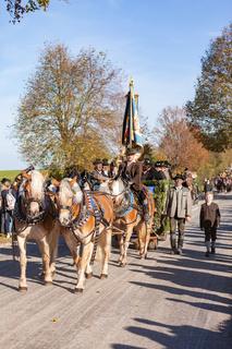 Warngau, Deutschland, Bayern 27.10.2019: Pferdegespann bei der Leonhardifahrt Warngau