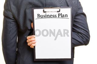 Mann mit Klembrett und Business Plan Slogan