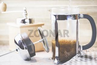Kaffee, vom mahlen der Bohnen zum fertigen Getränk, French Press