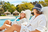 Zwei Freundinnen entspannen sich am Pool