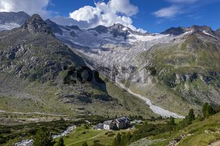 Dresdner Hütte in den Alpen an einem sonnigen Tag