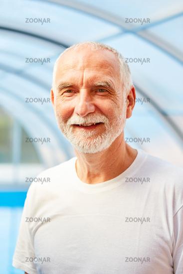 Vitaler Senior Mann im Shirt