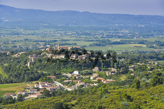 Crillon-le-Brave mit umliegender Landschaft, Provence, Frankreich, altes Dorf auf einem Hügel erbaut