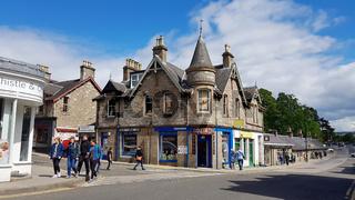 Straße mit viktorianischem Haus in Pitlochry in Schottland