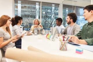 Chefin und junges Start-Up Team im Business Meeting