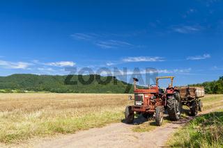 Traktor auf einem Feldweg