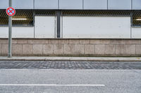 Straße und Bürgersteig vor Wand in Stadt