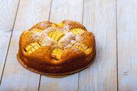 deutschen Apfelkuchen auf Holz