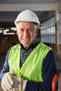 Senior Mann als erfahrener Lagerarbeiter