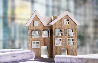 Zwei Holzhäuser mit Bauplänen