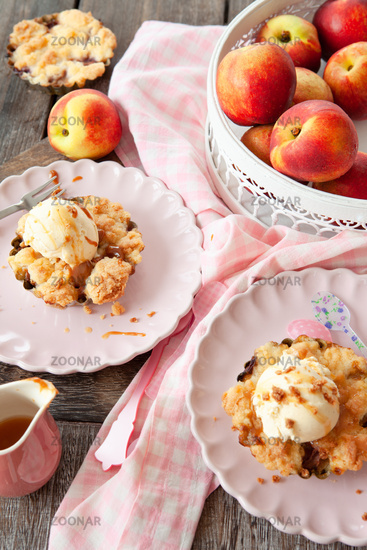 Peach crumble a la mode