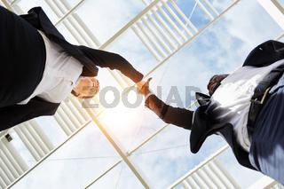 Zwei Geschäftsleute geben sich High Five