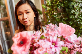 Floristin bindet Blumen für Blumenstrauß in rosa