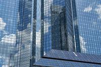 Moderne Glasfassade von Hochhaus in Frankfurt am Main